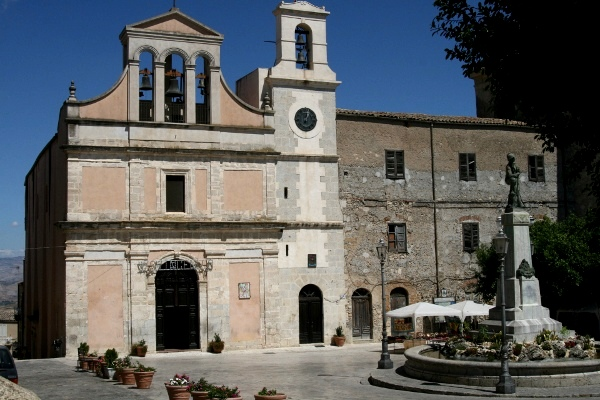 Proiettili dinanzi chiesa ad Aragona