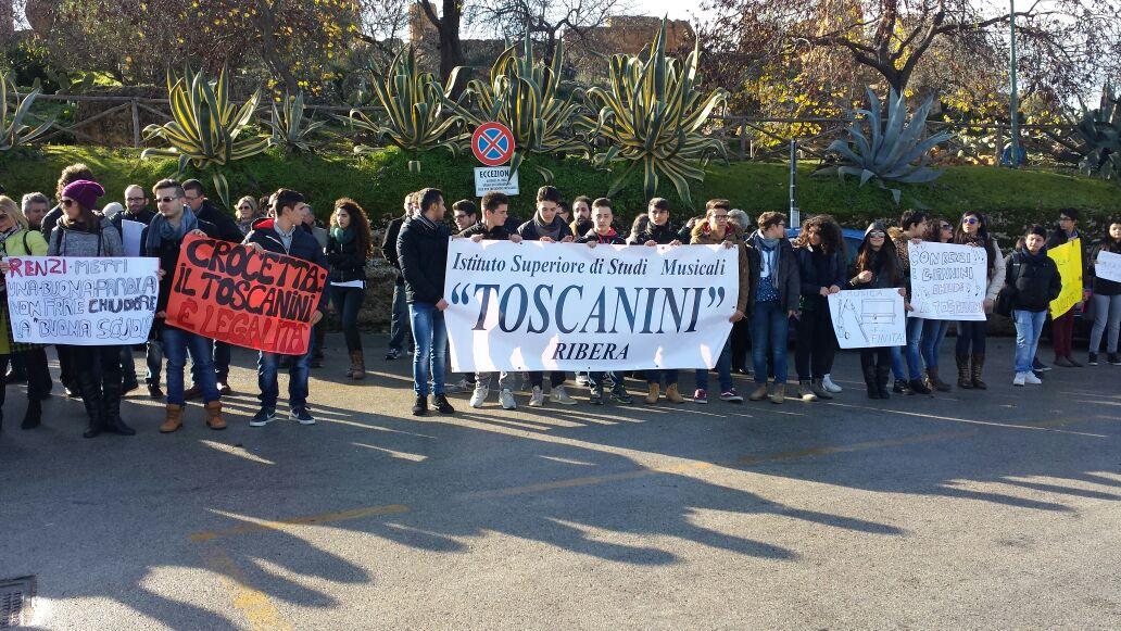 """Il """"Toscanini"""" di Ribera protesta sotto il Tempio di Ercole"""