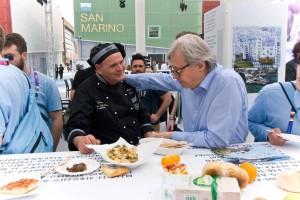 Il maestro pasticcere Mariano Capitano riceve i complimenti di Vittorio Sgarbi