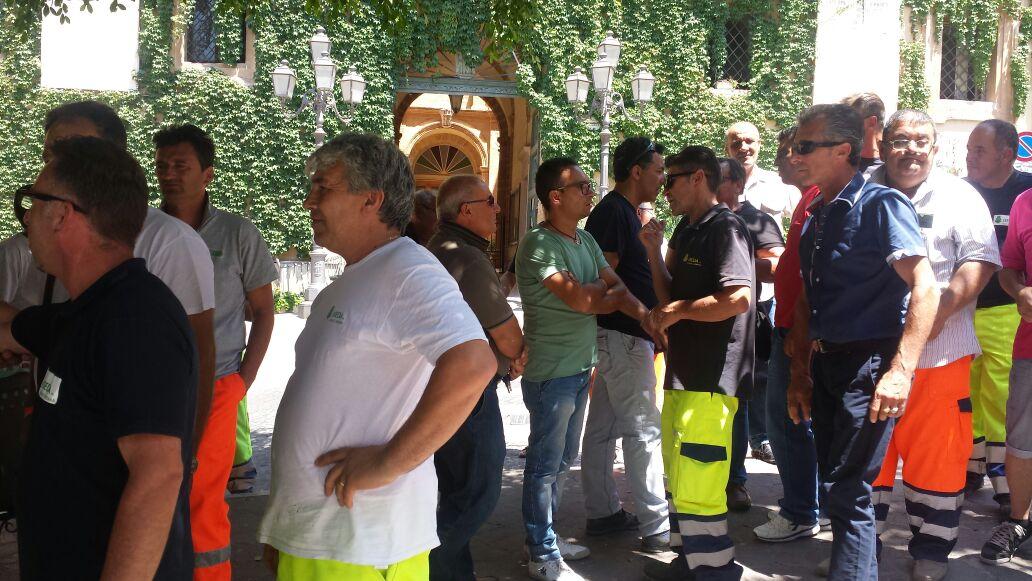 21 operatori ecologici a rischio licenziamento, possibili soluzioni