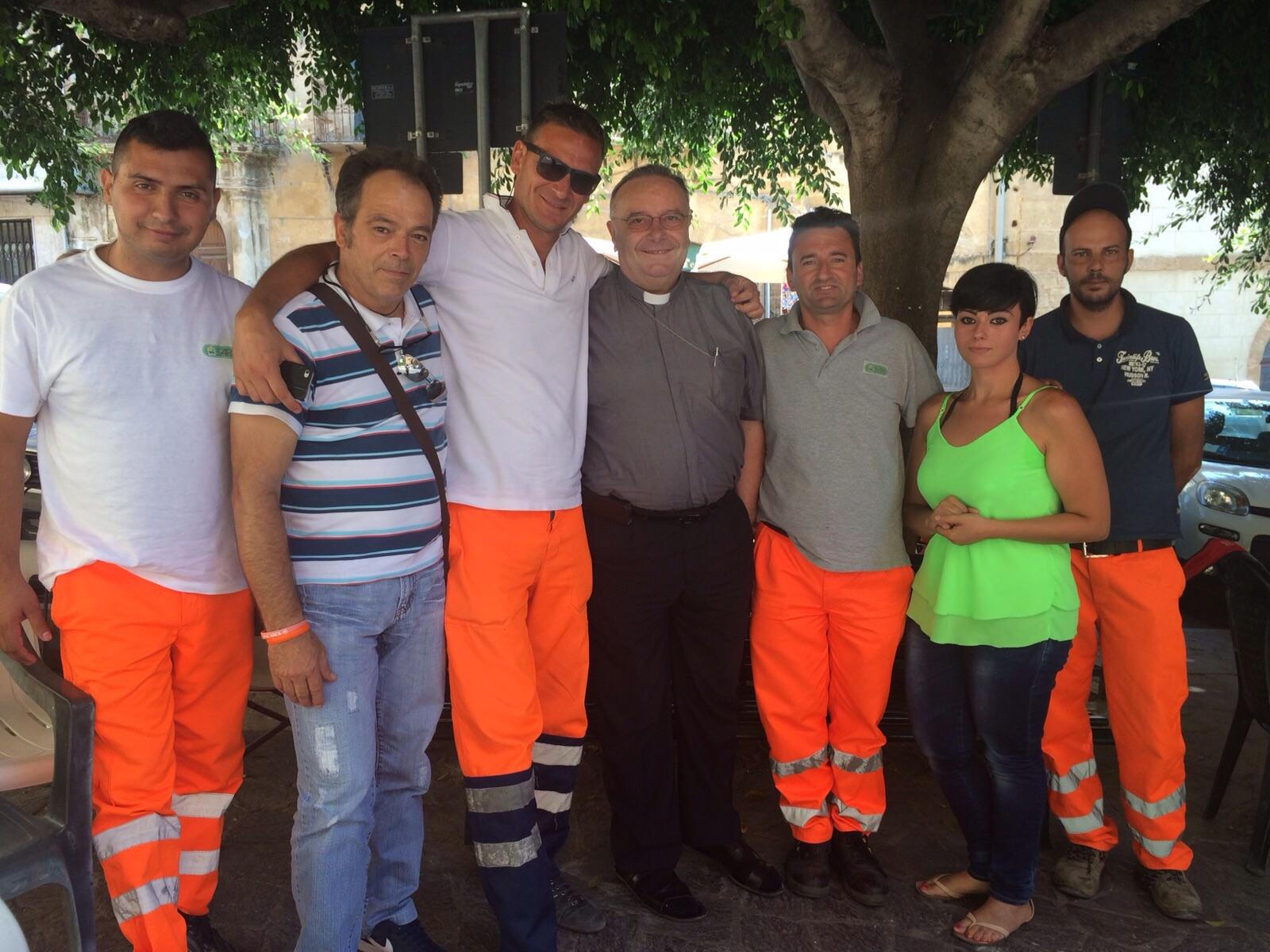 Don Franco Montenegro solidale con i 21 netturbini incatenati al comune di Agrigento