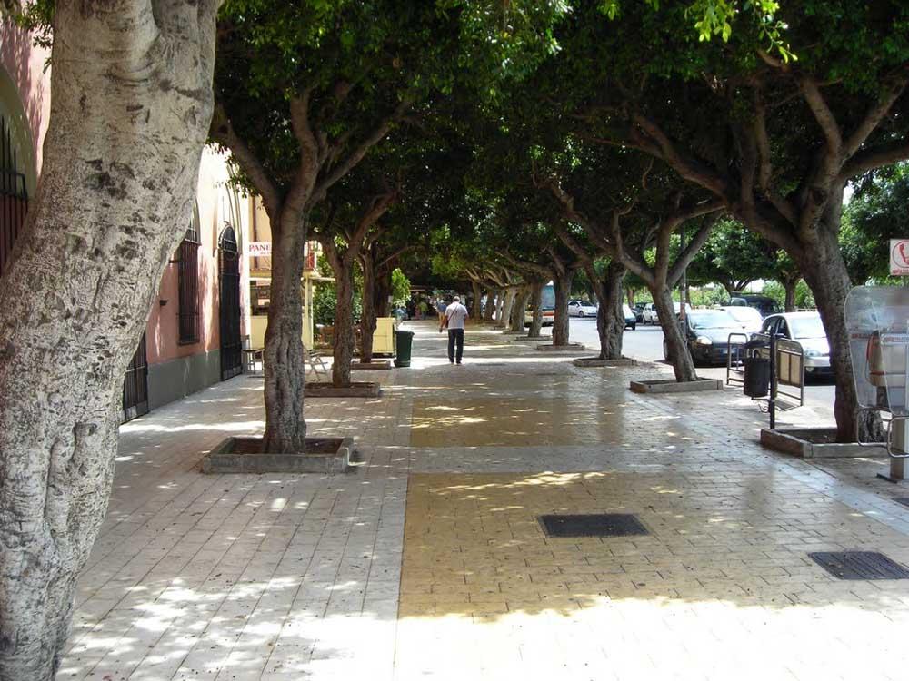 Lanciano bottiglie dalla terrazza del viale Della Vittoria, a rischio le auto in transito