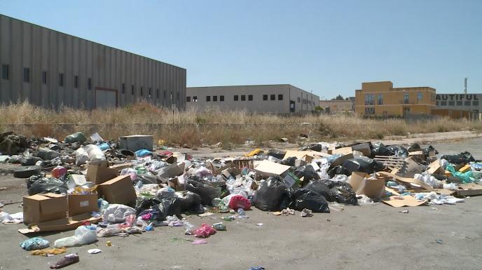 Favara: area industriale sommersa dai rifiuti