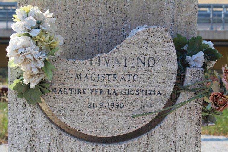 Lo sfregio alla stele di Rosario Livatino, individuate tracce organiche