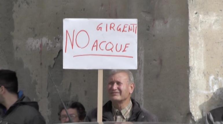 Anche a Favara i cittadini, protestano a favore dell'acqua pubblica.