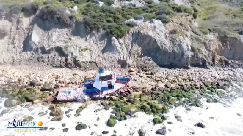 """Sbarco """"fantasma"""" a Zingarello, Mareamico  """"L'imbarcazione inquina la costa"""". News Agrigentotv"""